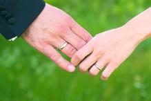 Homme et femme se tienne la main