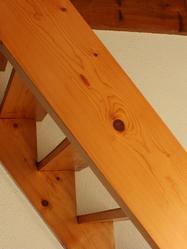 Escalier de meunier en bois pour accès aux combles. Getty 686859976