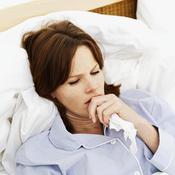Femme malade au lit mouchoir