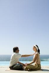 Praticien et patiente exercices bord de mer