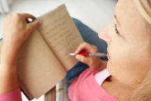 Femme pull rose journal intime