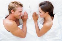 Couple heureux face lit