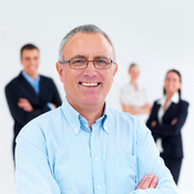 Senior souriant groupe personnes fond blanc