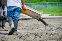 Ouvrier coule du beton
