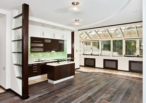 Le faux plafond est un plafond rapporté sous un plancher.