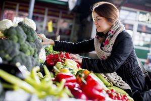 femme faisant ses courses au marché des fruits et légumes