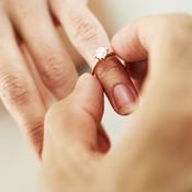 Homme met la bague au doigt d'une femme