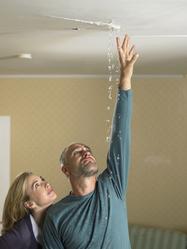 Il est important que le plafond possède un état de surface approprié à la finition choisie : peinture, papier peint, crépi, enduit...