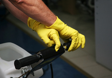 Homme gants jaunes nettoyeur