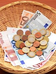 Panier avec billets et monnaie