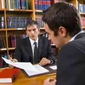 Avocat et demandeur rédigeant un formulaire