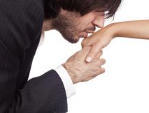 Jeune homme baise la main d'une femme