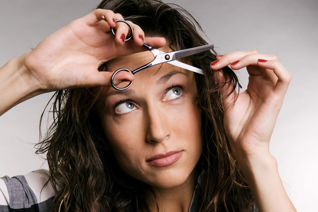 Frange sur cheveux boucl s types entretien ooreka - Comment se couper une frange sur le cote ...