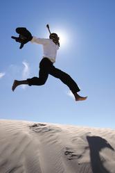 Homme desert soleil saut sable