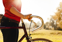 Femme tient velo guidon campagne