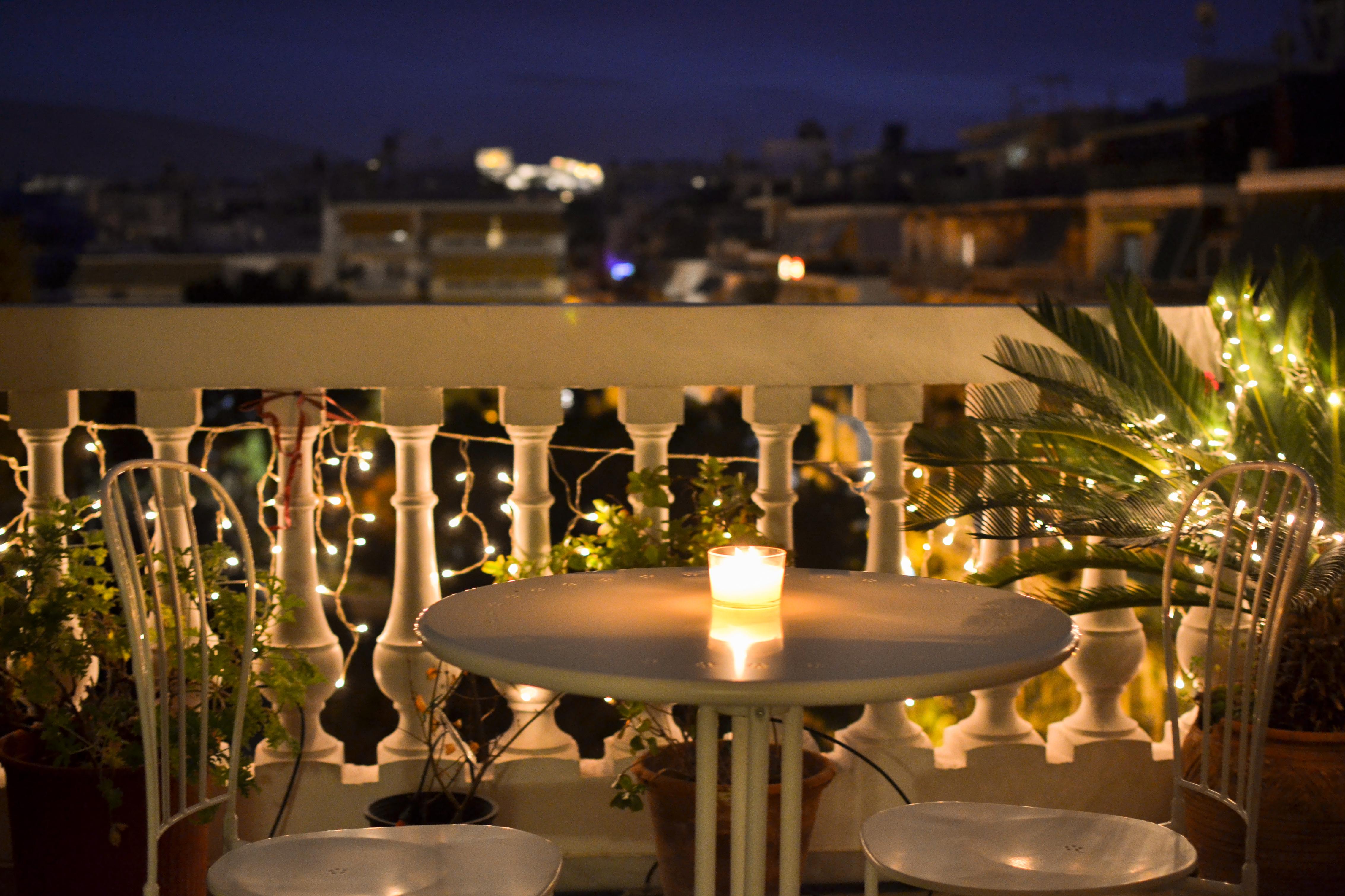 Pour donner une touche festive et profiter d\u0027une douce lumière, optez pour  une guirlande lumineuse que vous fixerez à la rambarde.
