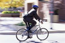 Homme en costume à vélo