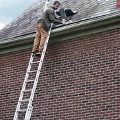 Comment utiliser une chelle de toit en toute s curit - Fabriquer une echelle en bois ...