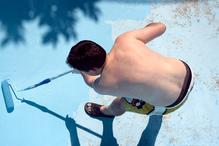 Pose de la peinture pour piscine