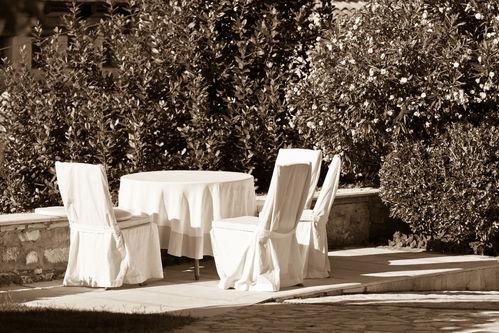 Housse table de jardin : critères de choix et prix - Ooreka