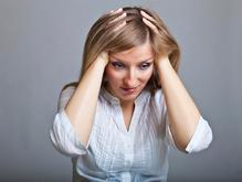 Femme fond gris se tient la tete cheveux longs