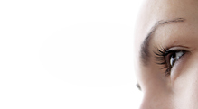 Femme regard vide fond blanc