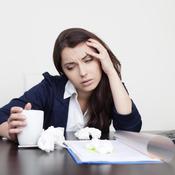 Femme malade au bureau