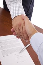 Poignée de mains sur contrat