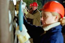 Femme et homme avec casque de chantier