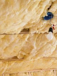La structure d'un plafond est constituée d'une isolation et parfois de solives et de poutres. On peut également y trouver des branchements électriques, notamment pour mettre en place un plafond chauffant.