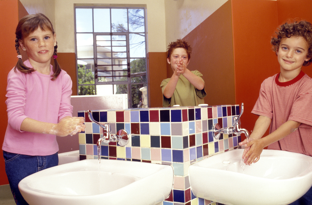 lavabo enfant autonomie de l 39 enfant normes s curit ooreka. Black Bedroom Furniture Sets. Home Design Ideas