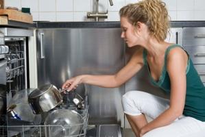 Devenu indispensable, le lave-vaisselle facilite la vie aux foyers tout en leur permettant de faire des économies d'eau et d'énergie.