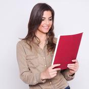 Jeune femme lit papiers dossier rouge