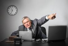 Employeur montre la porte du doigt