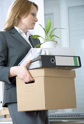 Femme avec carton d'affaires prête à partir