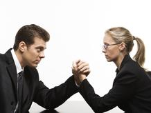 Homme et femme bras de fer