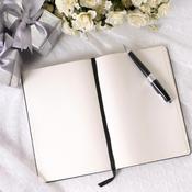 Livre d'or avec fleurs et stylo