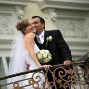 Deux mariés heureux devant chateau