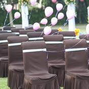 Tables de réception marron dans jardin