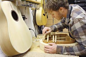 Luthier et guitare