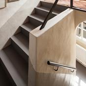 Main courante dans escalier moderne. Getty 884586536