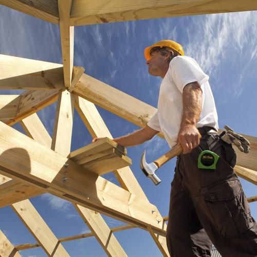 Poser la toiture d'une maison en bois