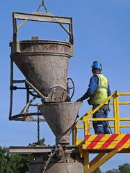 Ouvrier coule du beton avec machines
