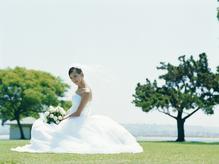 Jeune mariée robe blanche sur gazon