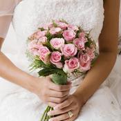 Mariée en robe tient bouquet