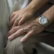 Mariés se tiennent le genou