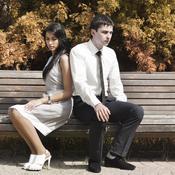 Homme et femme se tournent le dos