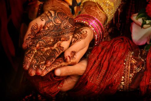Des mains décorées au henné