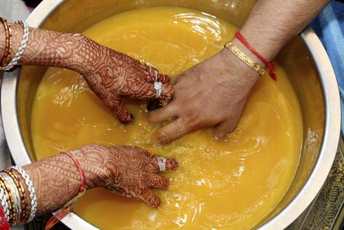 Les deux bagues sont ensuite plongées dans un récipient d'eau et les mariés doivent ensuite les retrouver en plongeant leurs mains dans l'eau. L'objectif de ce rituel est de créer des liens entre les époux.