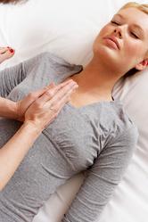Massage femme poitrine